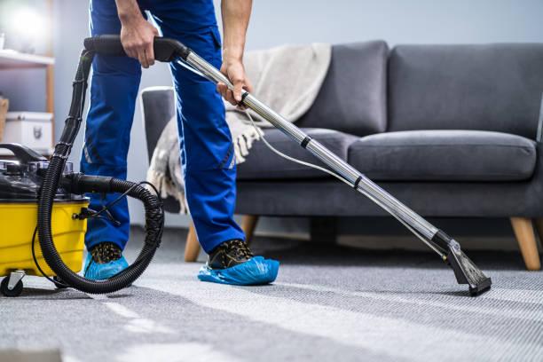 persoon reinigings tapijt met stofzuiger - tapijt stockfoto's en -beelden
