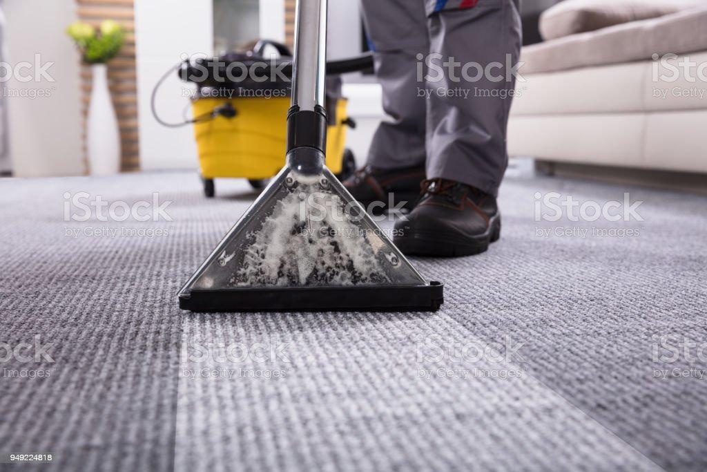 Person Reinigung Teppich mit Staubsauger – Foto
