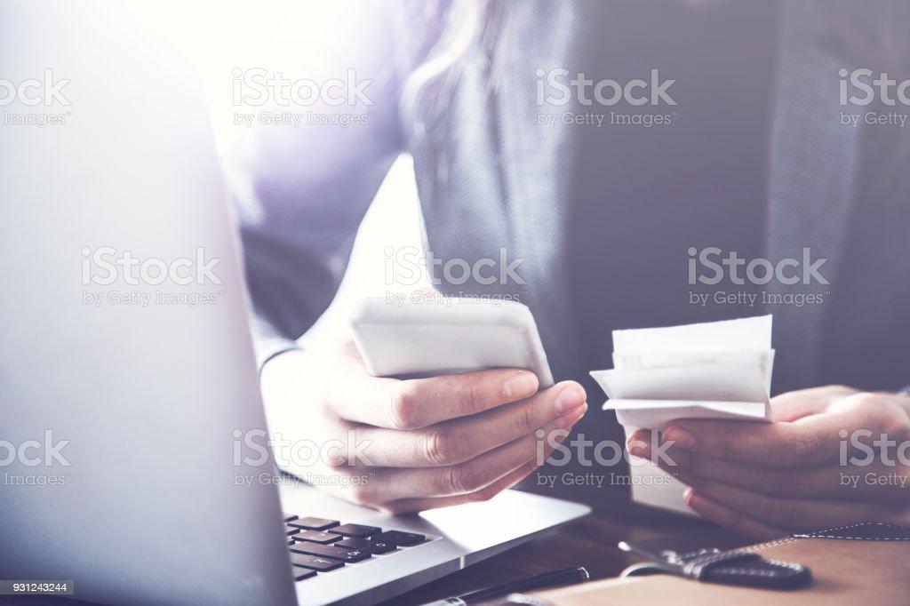 Person zählen Bill auf Handy – Foto