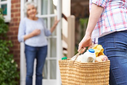 Person Beim Shopping Für Die Älteren Nachbarn Stockfoto und mehr Bilder von 16-17 Jahre