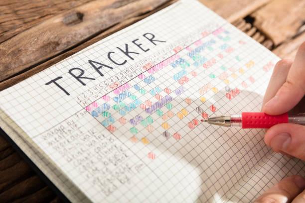person zeichnung tracker diagramm auf notebook - trainingstagebuch stock-fotos und bilder