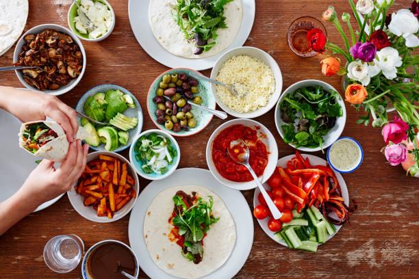 自作ラップ美味しい健康オーガニックを食べる人 - ローフード ストックフォトと画像