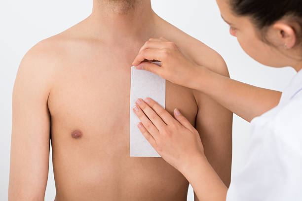 Person Hände Wachsbehandlungen Des Mannes Brust – Foto