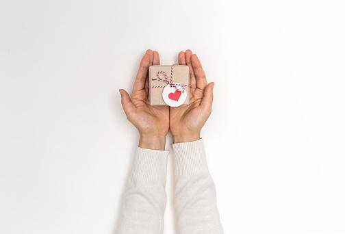 Person Holding A Christmas Gift Box - Fotografie stock e altre immagini di Amore