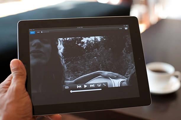 person hält ipad mit youtube - www kaffee oder tee stock-fotos und bilder