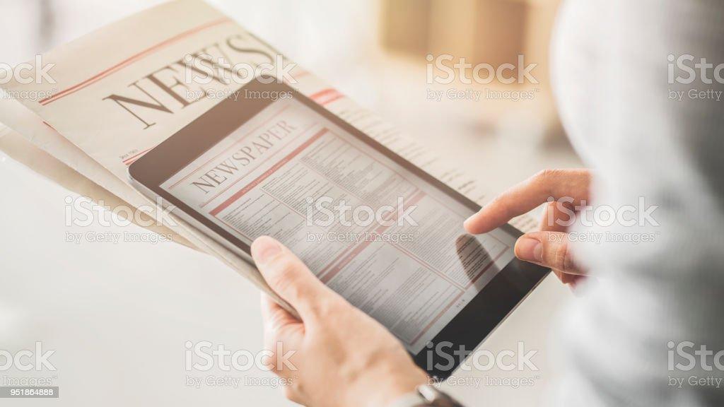 Person halten und Lesen von Nachrichten vom tablet – Foto