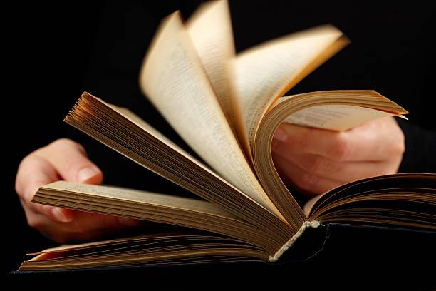 buchen sie in den händen - schnell lesen lernen stock-fotos und bilder
