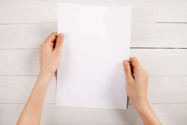 лицо, держащее белую пустую бумагу - письмо документ стоковые фото и изображения
