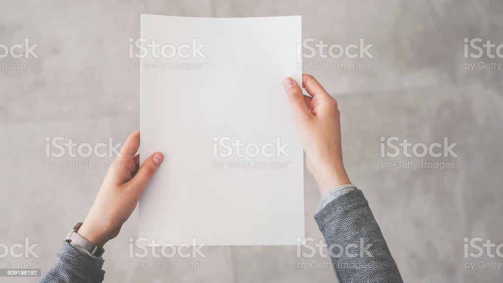 Person halten weiße leere Papier – Foto