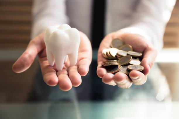 person som innehar vit tand och gyllene mynt - hand tänder ett ljus bildbanksfoton och bilder