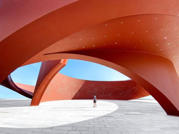 赤い曲線の抽象的な建築空間、3dレンダリングの人 - architecture ストックフォトと画像