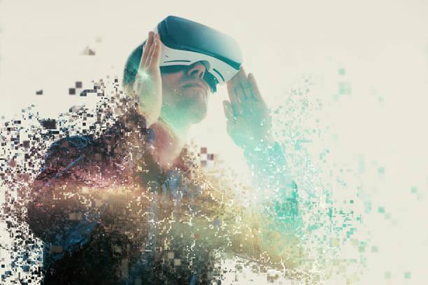 仮想の眼鏡の人は、ピクセルに飛ぶ。仮想現実の眼鏡の男。将来の技術コンセプト。モダンなイメージング技術。ピクセルによってフラグメント化。 ストックフォト