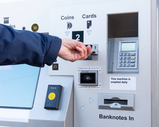 person inserts card to buy ticket at self service machine - biglietteria automatica foto e immagini stock
