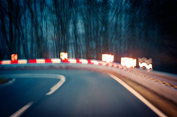 Vorsicht-curvy road bei Nacht – Foto