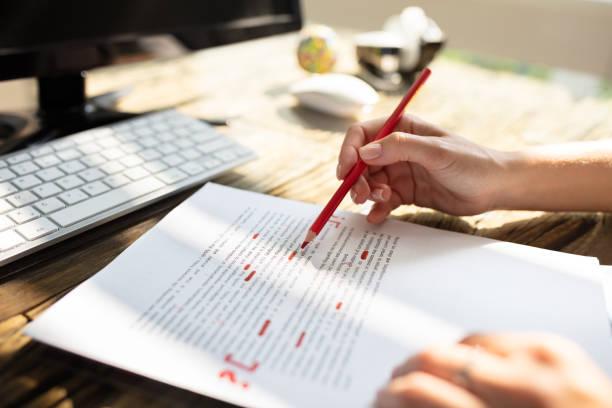赤いマーカーで人のマーキングエラー - 文章 ストックフォトと画像