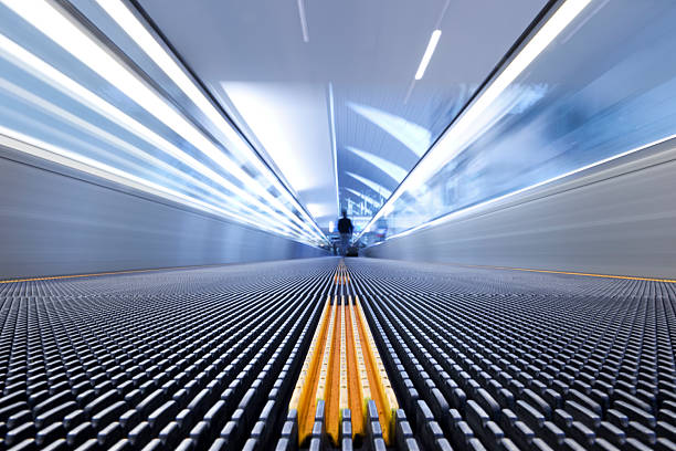 Viaja por la escalera mecánica - foto de stock