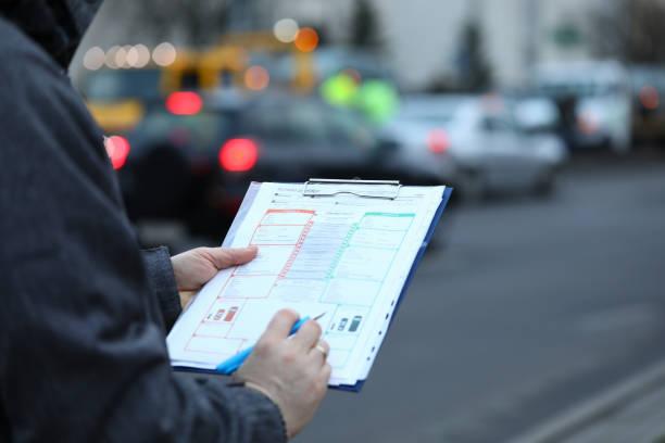 persona en la calle con carpeta de papel - indemnización compensación fotografías e imágenes de stock