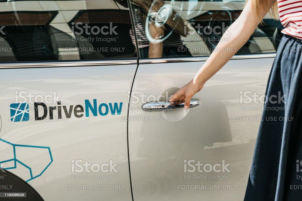 Eine Person öffnet die Tür eines gemieteten BMW-Elektroautos von einer Firma namens DriveNow. - Lizenzfrei Auto Stock-Foto
