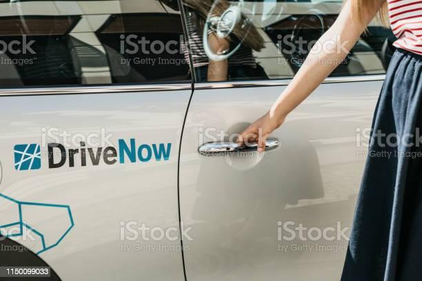 Eine Person Öffnet Die Tür Eines Gemieteten Bmwelektroautos Von Einer Firma Namens Drivenow Stockfoto und mehr Bilder von Auto