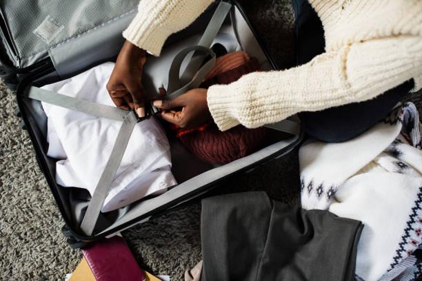 여행을 위해 포장 하는 사람 - 짐 싸기 뉴스 사진 이미지