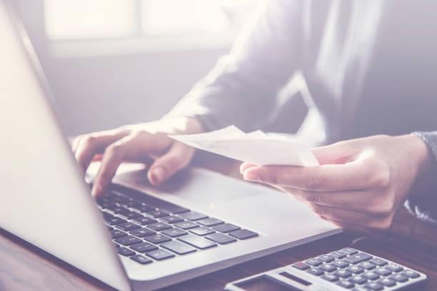 facture payer personne pour ordinateur - facture photos et images de collection