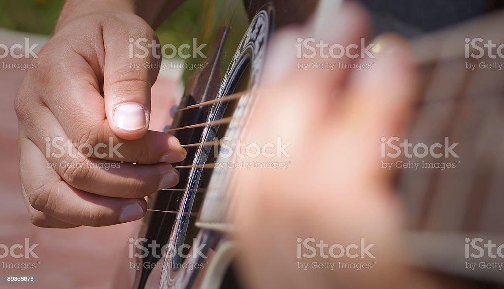 Persona Suona la chitarra acustica foto stock royalty-free