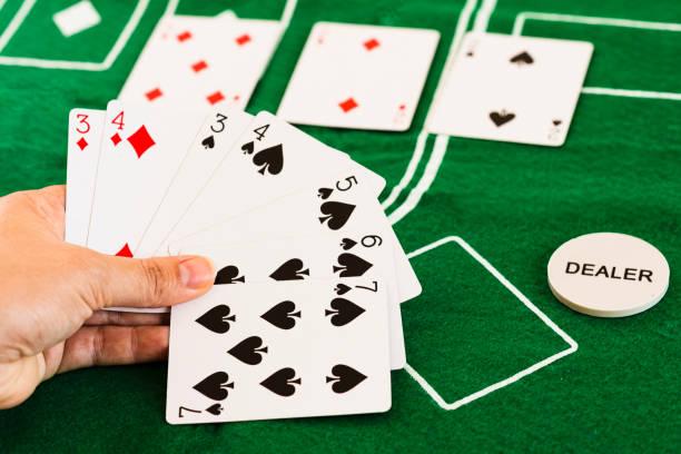 Persona jugando al póquer y mirando cartas - foto de stock