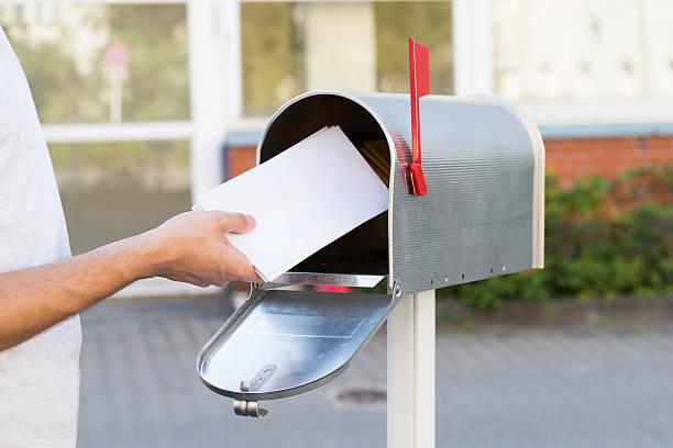 человек, делая письма в адрес - postal worker стоковые фото и изображения