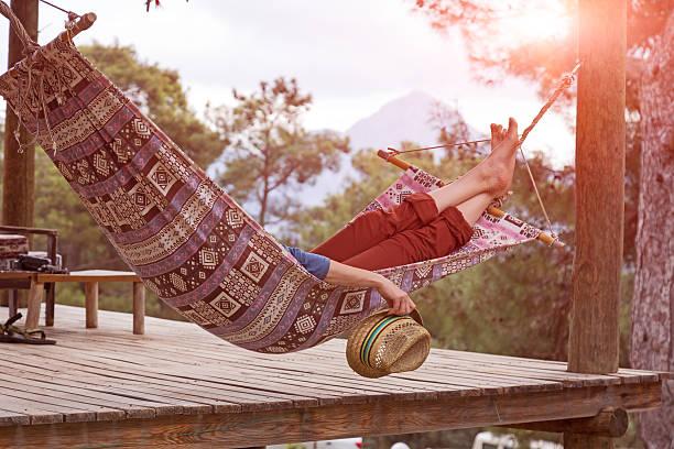 Person entspannenden liegen in der Hängematte im ländlichen Landhaus Garten – Foto