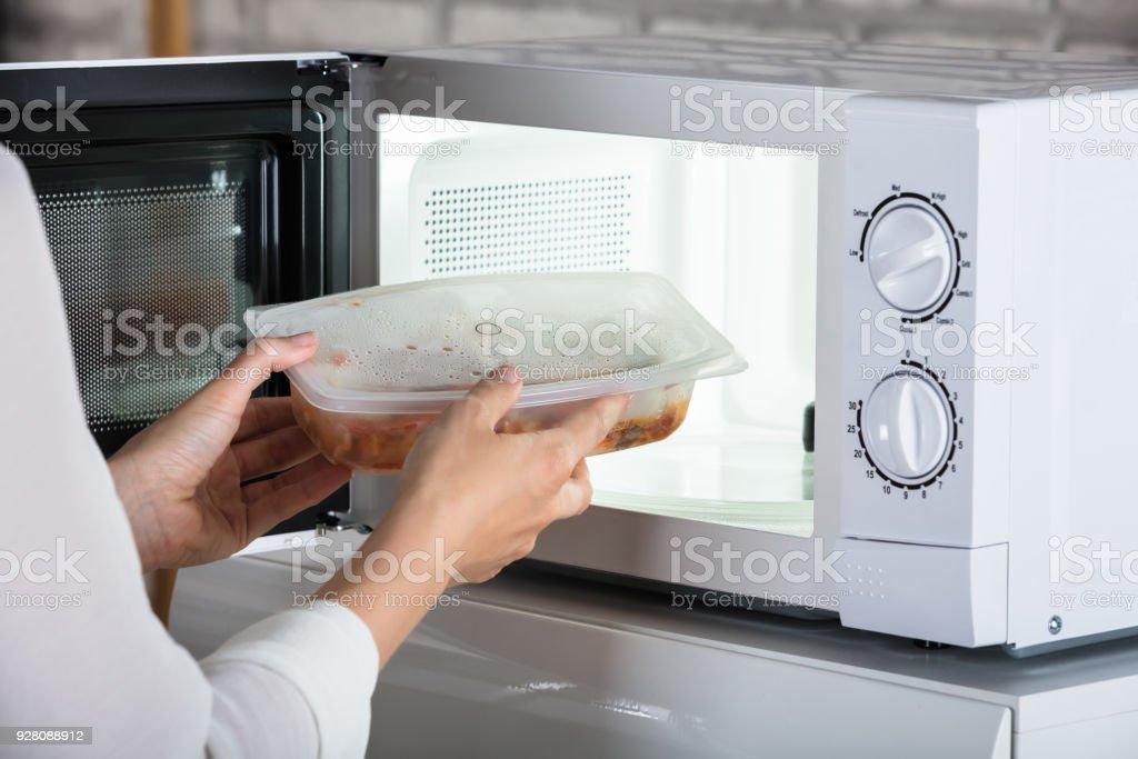 Person entfernen zubereitete Speisen – Foto