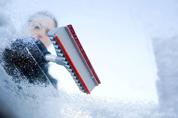 winter Auto-Abschaben Eis aus Windschutzscheibe – Foto