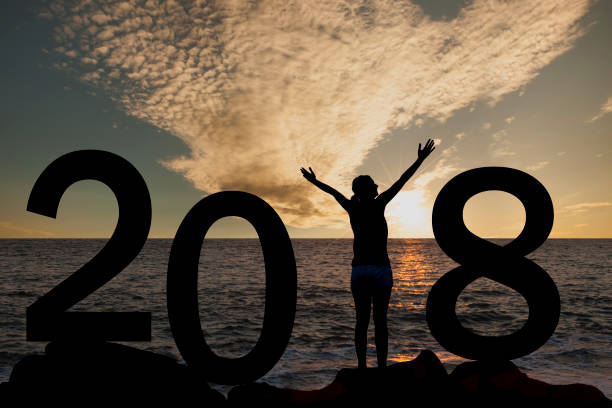 person silhouette stehen im jahr 2018 auf dem hügel bei sonnenuntergang - ideen für silvester stock-fotos und bilder