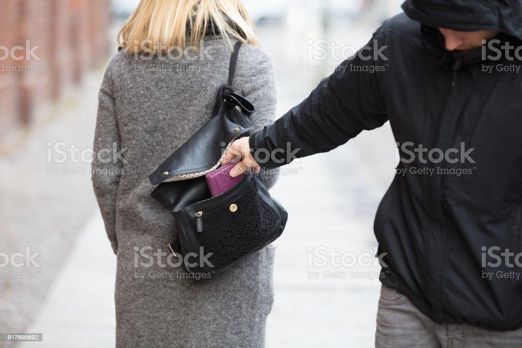 Personne vol de sac à main de sac à main photo libre de droits