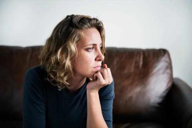 eine person leidet unter depressionen - verzweiflung stock-fotos und bilder