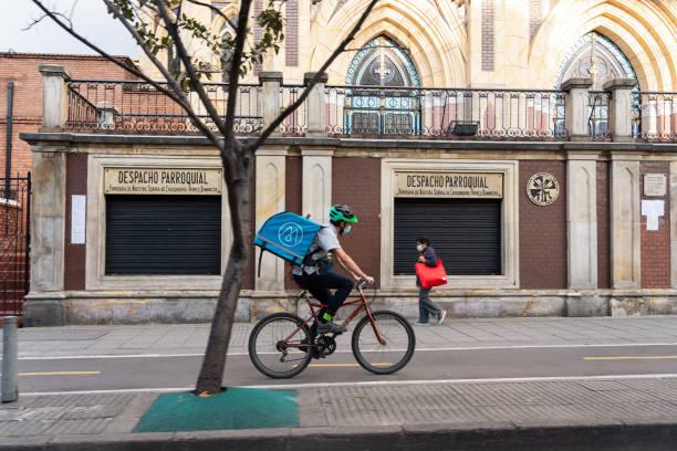 Person, die die Versorgung während der Quarantäne liefert, Bogoté. Kolumbien. – Foto