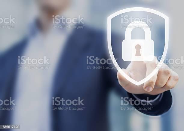 Person Berühren Schild Mit Schloss Konzept Über Sicherheit Cybersicherheit Schutz Stockfoto und mehr Bilder von Sicherheitsgefühl