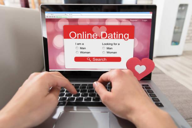 persoon met behulp van online dating website - daten stockfoto's en -beelden