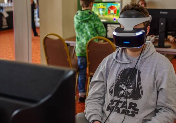 persoon met behulp van de playstation vr headset - playstation stockfoto's en -beelden