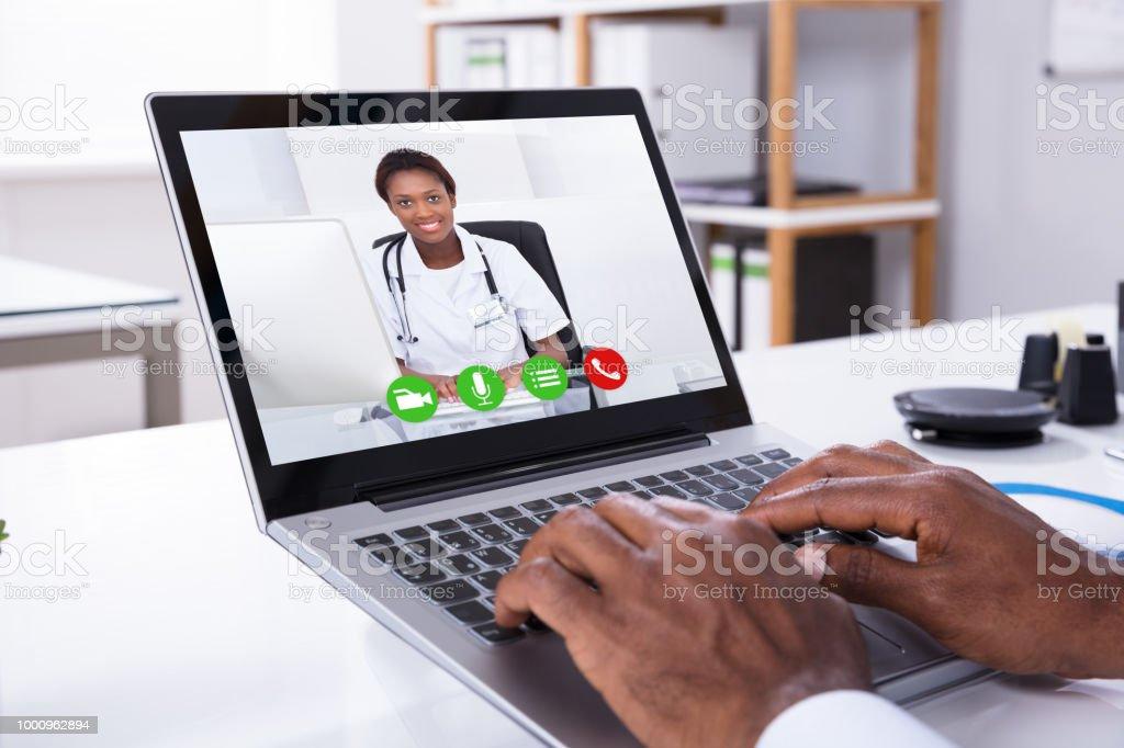 Person-Videokonferenzen mit Frau Doktor durch Laptop – Foto
