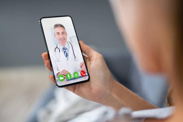 videograbación en persona con el médico - telehealth fotografías e imágenes de stock