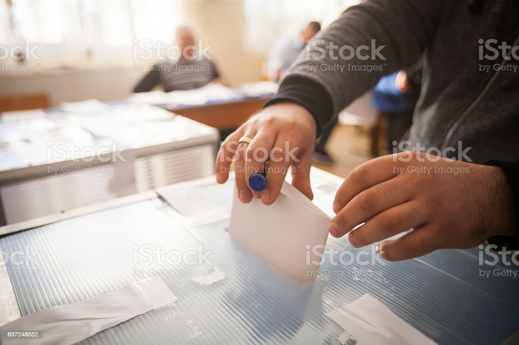 Person voting at polling station – Foto