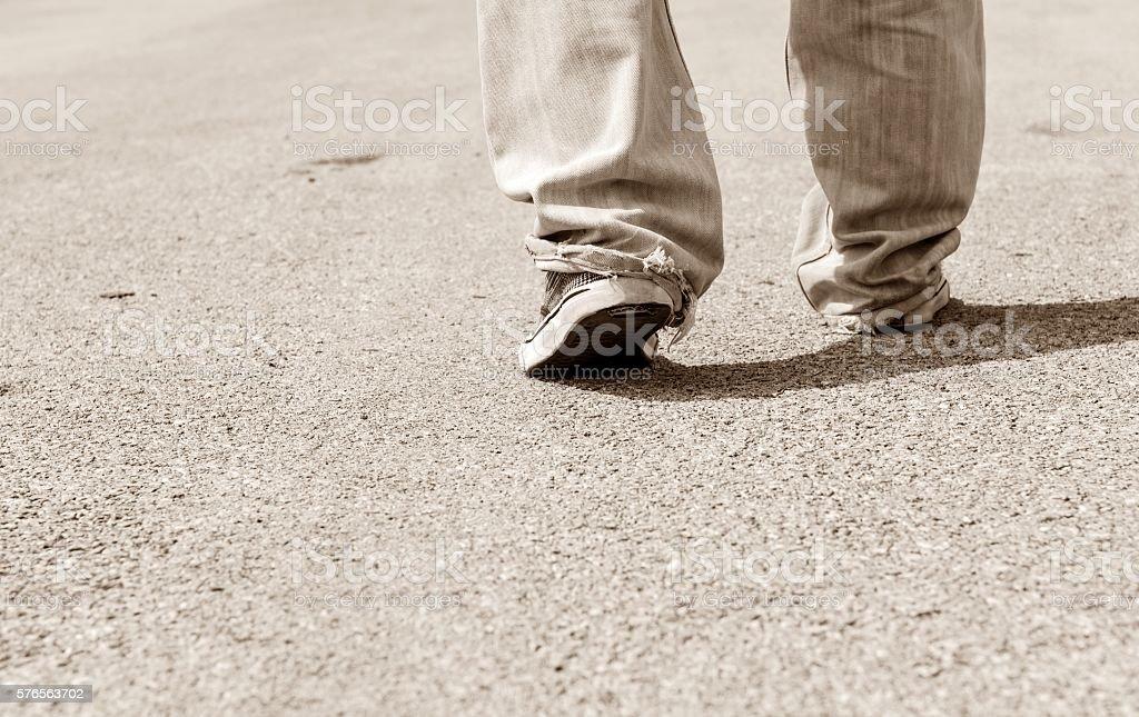 Persona caminando por la calle - foto de stock