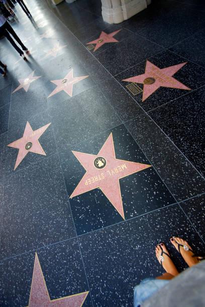 Eine Person geht auf dem Hollywood Walk of Fame. – Foto