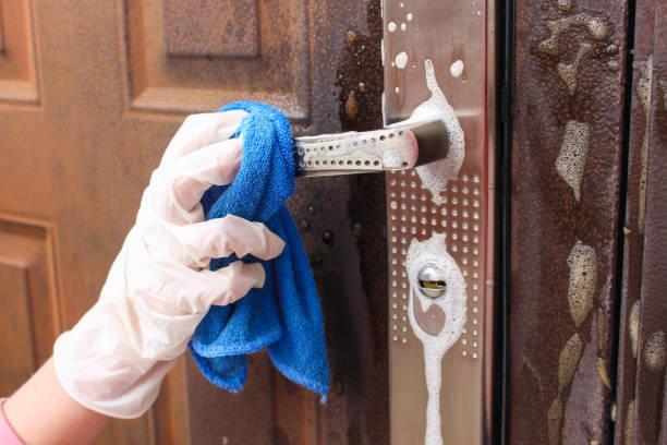 person tvättar handtaget på ytterdörren. - resistance bacteria bildbanksfoton och bilder