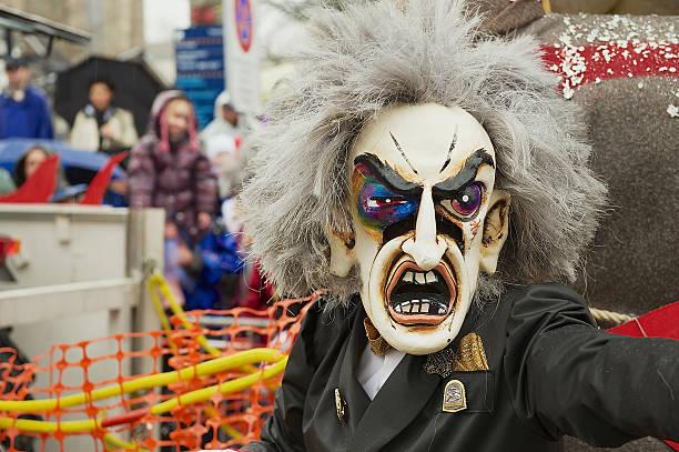 person trägt karneval maske karneval in basel in basel, schweiz. - fasnacht stock-fotos und bilder