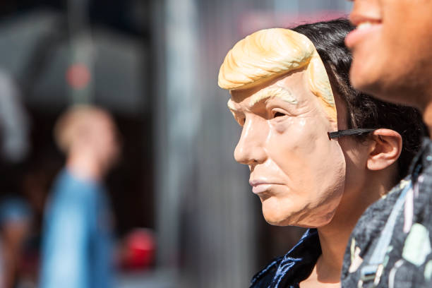persoon draagt donald trump masker op atlanta halloween parade - trump stockfoto's en -beelden