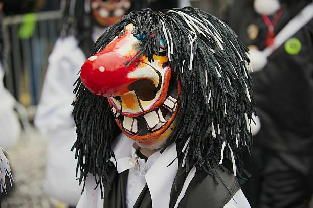person trägt waggis maske karneval in basel in basel, schweiz. - fasnacht stock-fotos und bilder