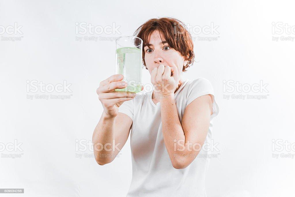 Persona con agua de vidrio - foto de stock