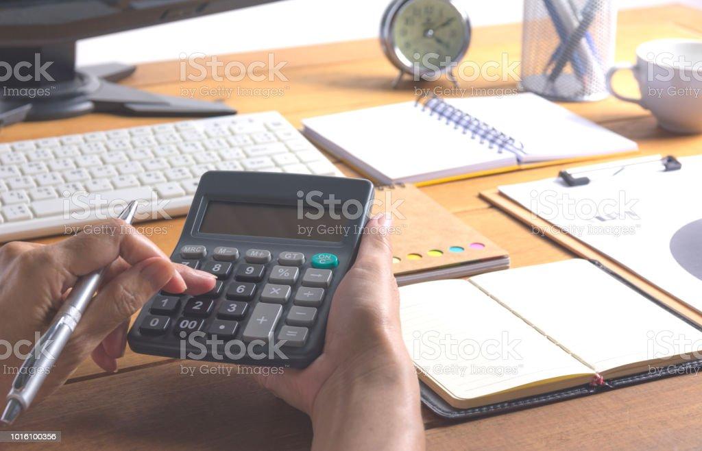 Menschen arbeiten und die Verwendung eines Taschenrechners für Finanz- und Rechnungswesen-Konzept. – Foto