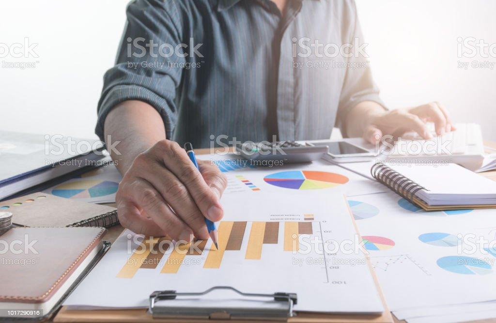 Menschen arbeiten und mit Hilfe eines Computers für Finanz- und Rechnungswesen-Konzept. – Foto